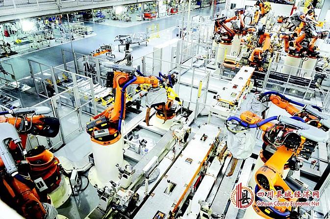 神龙汽车成都工厂,机器人在生产线上焊接。   以成都高新区为观测点,触摸全省经济科学发展加快发展的脉动   十二五头尾两年,四川经济发生两大跃升性变化:开局之年跻身全国两万亿俱乐部,收官之年经济总量有望超3万亿元。5年来,四川经济发展增速始终在全国经济大省中领先。   发展速度从何而来?发展质量如何保证?转型升级如何见效?近日,记者走进园区,走近新闻当事人,采集、整理各种素材后呈现,希望让您看到听到一份成绩单背后的故事和声音,铭记十二五期间那些最有温度的过往和不平凡的发展轨迹。   聚